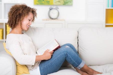 junge frau liest relaxt ein buch