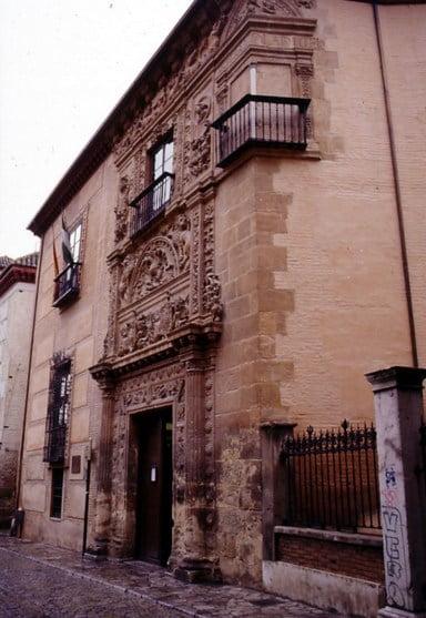 Fachada de Casa de Castril y el balcón tapiado de la leyenda
