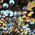 Lámparas en la Calle de la alcaicería en Granada