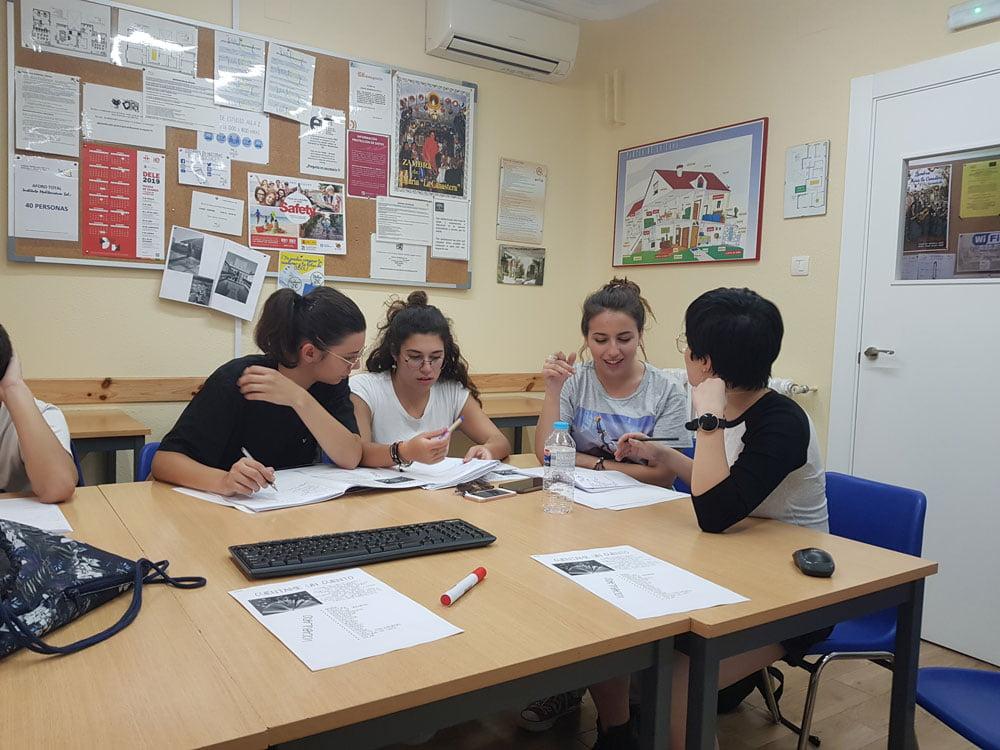 Estudiantes en clase | Curso de español para italianos en Granada