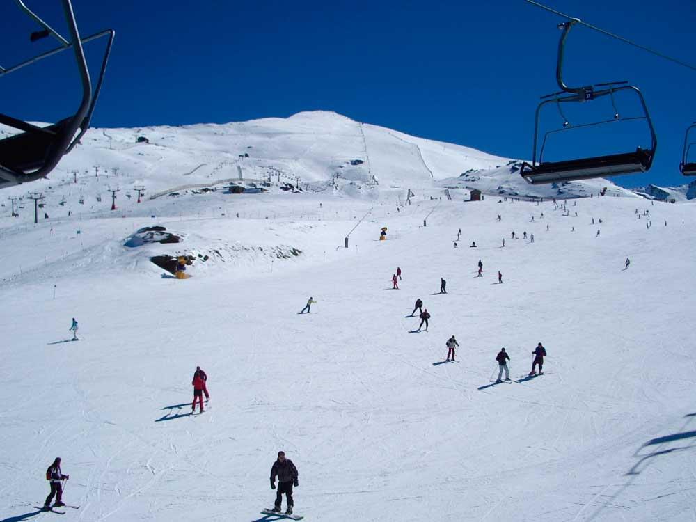 Combina nuestros cursos de español con clases de esquí en Granada | iNMSOL