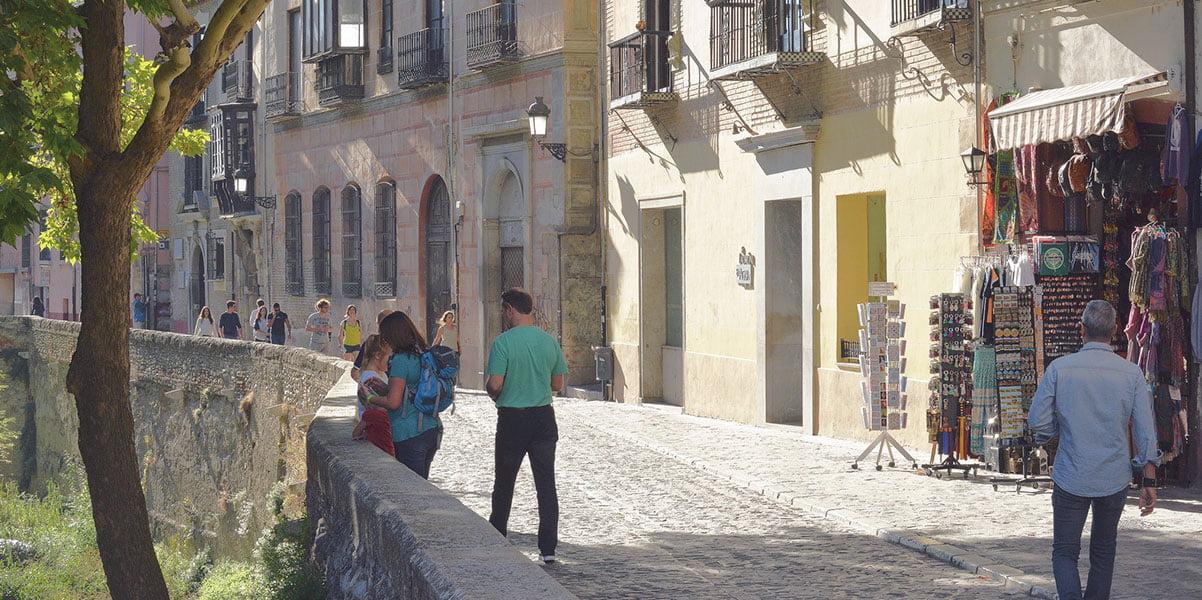 Tourists in the Paseo de los tristes